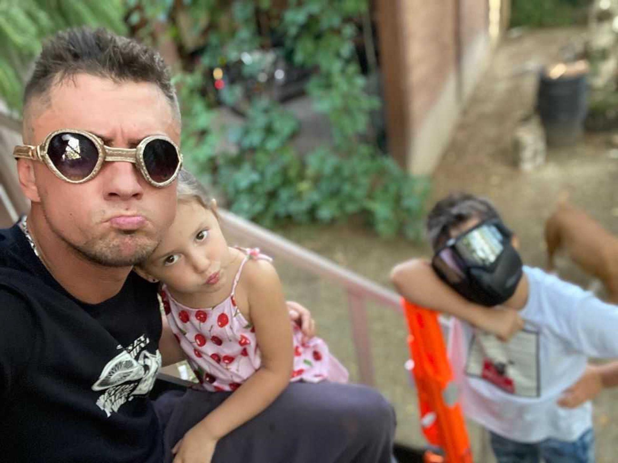 Павел Прилучный возит дочь в автомобиле без специального детского кресла